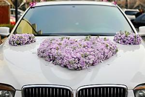 wedding-car-flowers-18764389